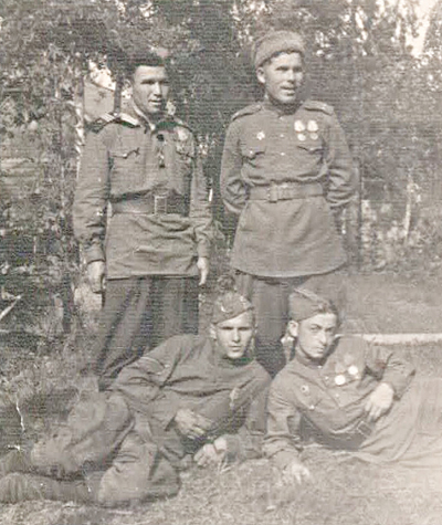 ■ Участники освобождения Копыля 4Гв.Ккк. Стоят (слева направо) Ахмедзянов Ю., Кияшко И.Р. Лежат (слева направо) Трифанов М.,Шустер И.И.  Чехословакия. 1945 г.