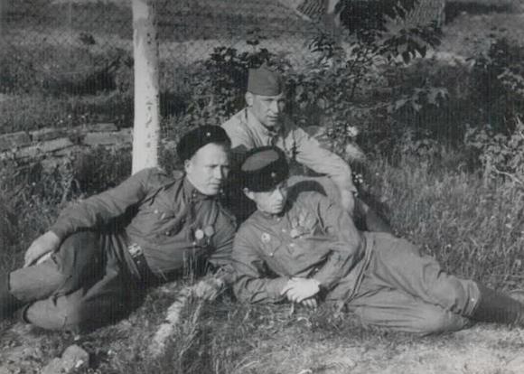■ Слева направо - Замятин, Иванов, Шустер.   1944 г.
