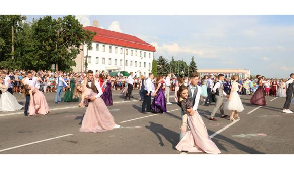 В минувшую субботу на центральной площади Копыля состоялся общегородской выпускной бал