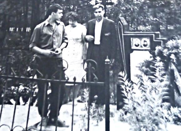 ■ Сестра В. Малофеева с мужем и сыном на могиле брата, 1965 г.