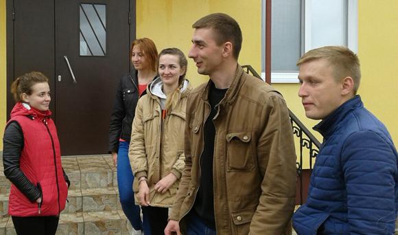 ■ Молодые специалисты у входа в общежитие