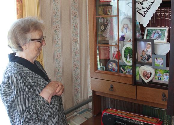 ■ Валянціна Мікалаеўна паказвае сямейную галерэю