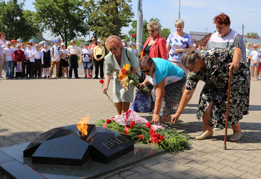 ■ Возложение цветов к памятнику воинам-освободителям