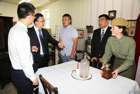 ■ Татьяна Воронцова демонстрирует гостям кофемолку ХІХ века