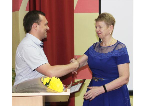 ■ Александр Дубина вручает награду Людмиле Каменко