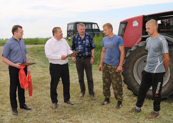 Руководство Копыльского района чествовало механизаторов ОАО «Семежево» за высокие показатели на заготовке кормов