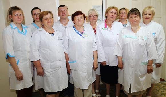 ■ Сотрудники Тимковичской участковой больницы во главе с заведующей Валентиной Островской (в центре)