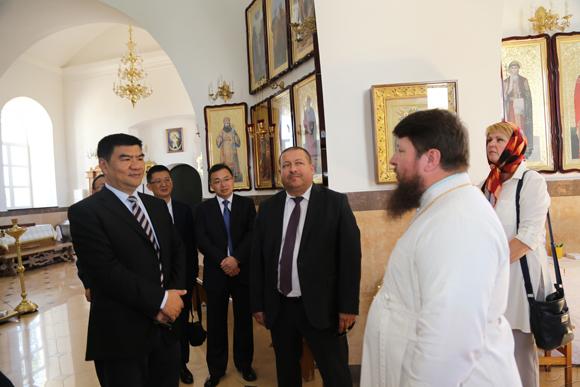 ■ В Спасо-Вознесенском храме - Лю Сяоцюань (слева), Анатолий Линевич и настоятель - отец Сергий Чарный
