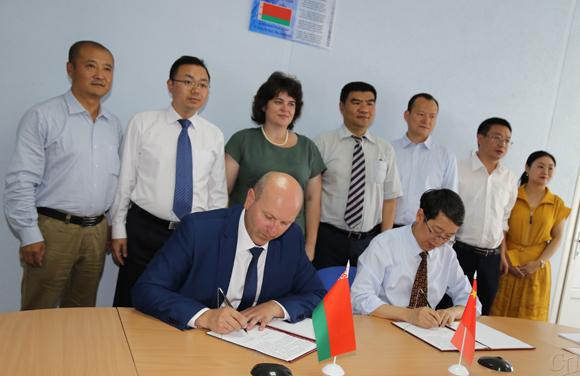 ■ Анатолий Петкевич и Чи Чюншин во время подписания соглашения