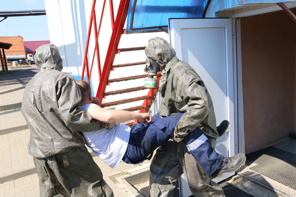 ■ Работники предприятия выносят «пострадавшего»