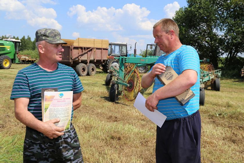 ■ Механизаторы  ОАО «Старица-Агро» Василий Чеботарев и Александр Сосинович